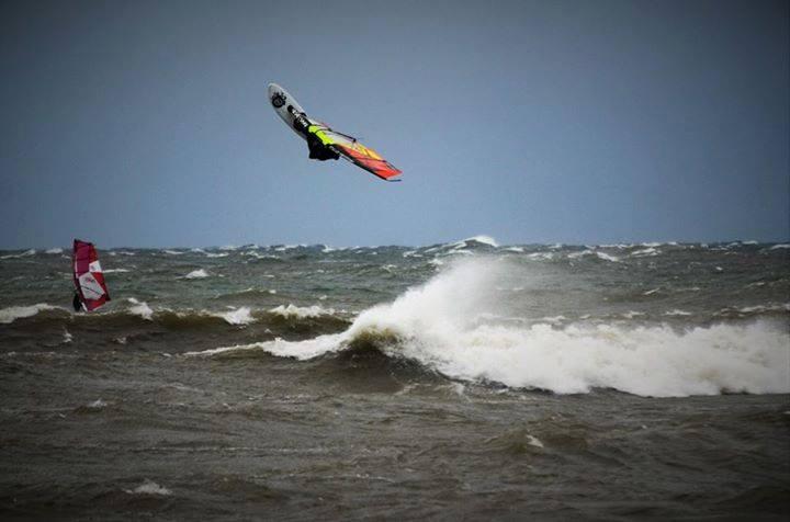 Jesienno-zimowy windsurfing na Bałtyku