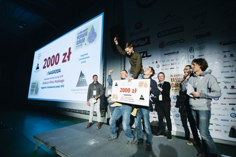 Wojtek Kozakiewicz cieszy się z wygranej w Konkursie Filmu Polskiego (fot. Adam Kokot KFG)