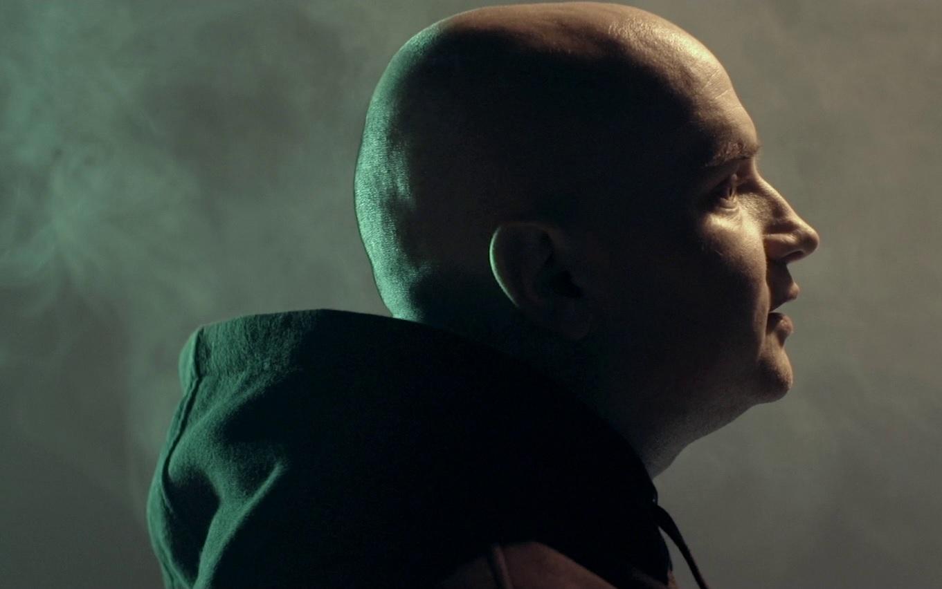 AeSPe. Kadr z klipu do utworu 7 MILIARDÓW SERC