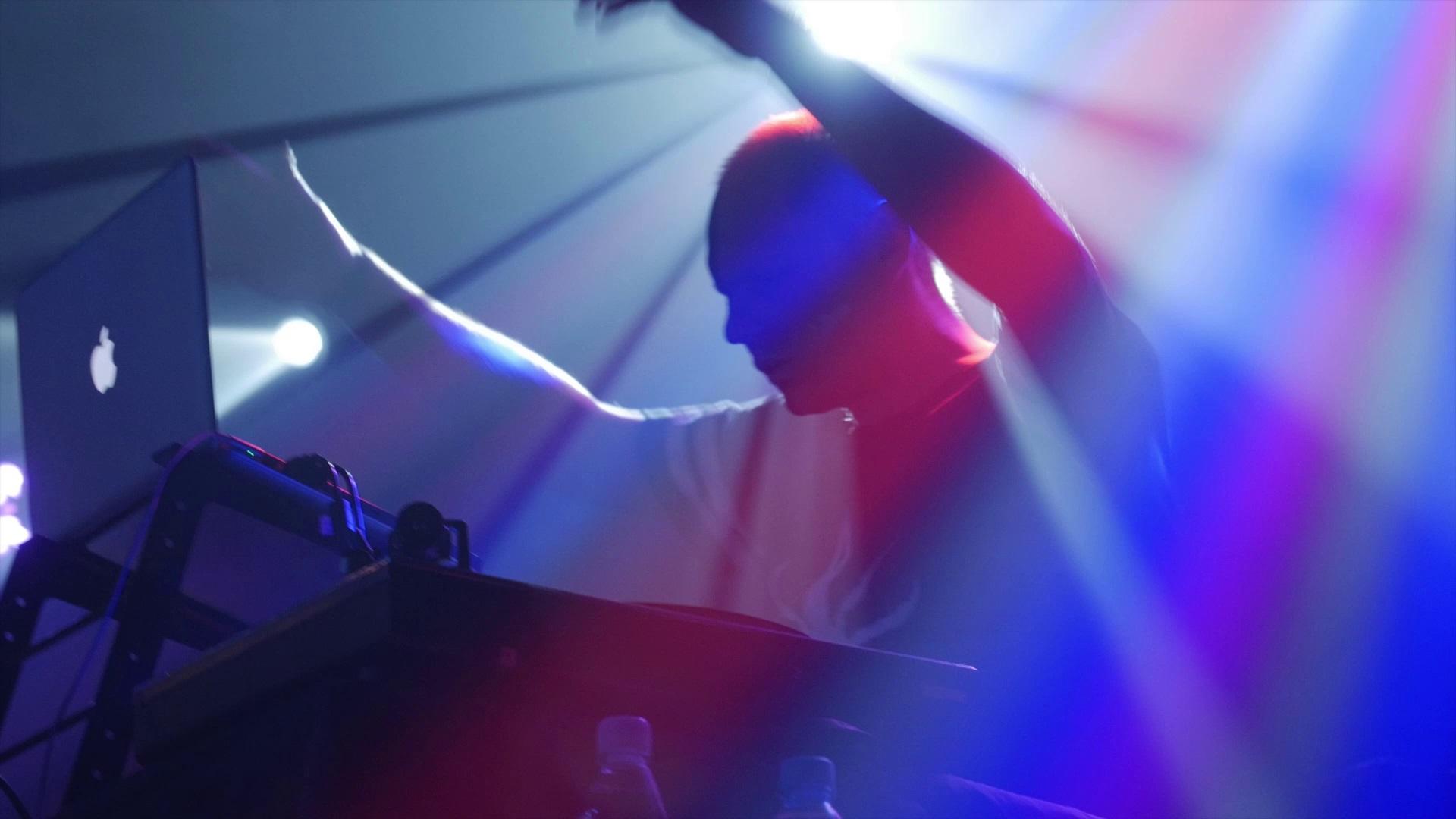 Za konsolą podczas koncertu w CK Wiatrak stanął producent płyty CYRK NA QŁQ - DiNO
