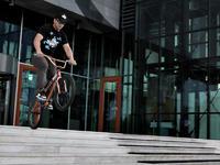 Milosz Burek Kuder przed Centrum Olimpijskim w Warszawie