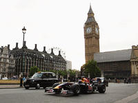 Pit stop Marka Webbera przed brytyjskim parlamentem