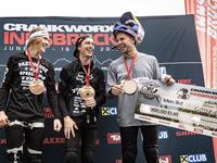 Dawid Godziek staje na podium podczas swojego pierwszego startu w Mistrzostwach Świata Crankworx
