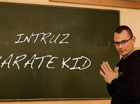 "Intruz atakuje singlem ""Karate Kid"""