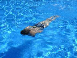 Stroje kąpielowe dwuczęściowe – one także sprawdzą się w pływaniu