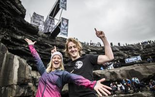 Aktualni mistrzowie Red Bull Cliff Diving triumfują w trudnych irlandzkich warunkach