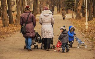 Jak wybrać idealny wózek dla dziecka na jesień i zimę?