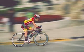 Zadbaj o swoje bezpieczeństwo – co warto wiedzieć o kaskach rowerowych i ochraniaczach